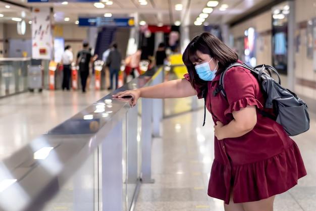 Immagini sfocate di donna grassa asiatica, con mal di stomaco Foto Premium