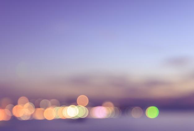 Vista vaga del bokeh della città con il fondo rosa del cielo Foto Premium