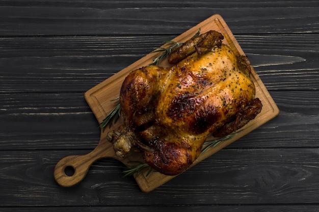 Tavola con pollo arrosto Foto Premium