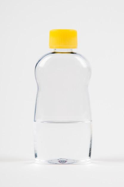Olio per bambini massaggio corpo in una bottiglia trasparente su un bianco Foto Premium