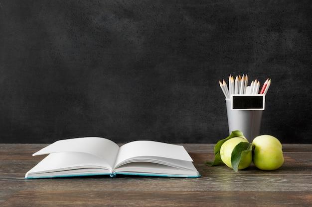 Libro e mele felice giorno dell'insegnante concetto Foto Premium