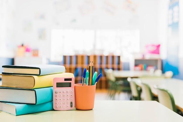 Libri e materiale scolastico in tazza sul tavolo Foto Premium