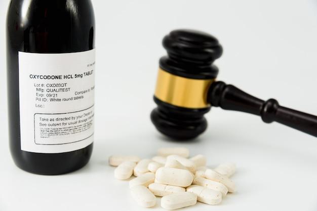 Bottiglia di ossicodone ottenuta illegalmente, concetto di false prescrizioni mediche. Foto Premium