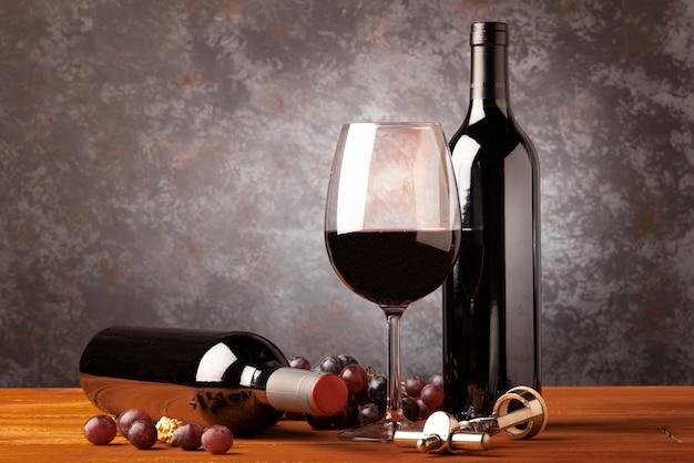 Bottiglia di vino rosso con vetro Foto Premium