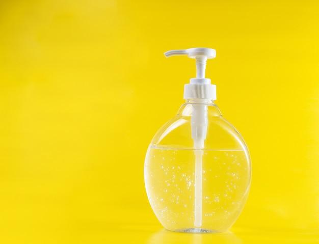 Igienizzante per biberon gel trasparente alcol disinfettante per mani verticali di colore giallo neutro Foto Premium