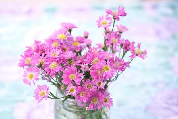 Bouquet di fiori rosa in vaso di vetro Foto Premium
