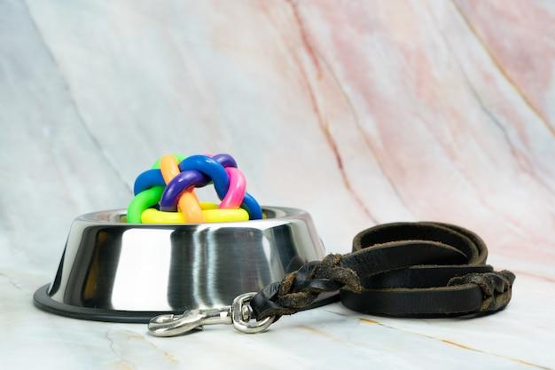 Ciotola con guinzagli per cane o gatto. concetto di accessori per animali domestici. Foto Premium