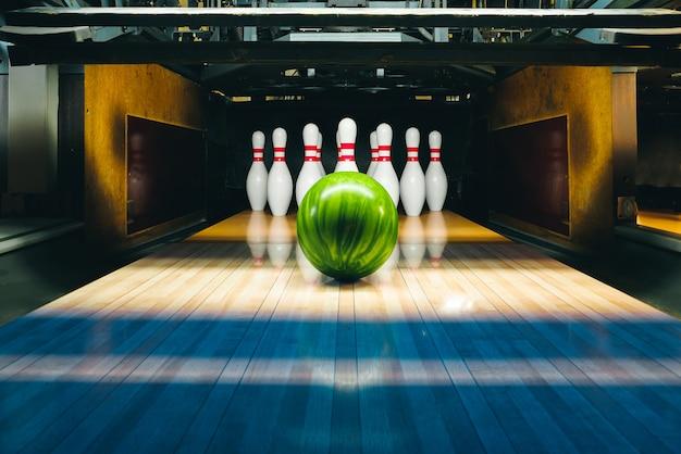 Bowling con palla verde e spille Foto Premium