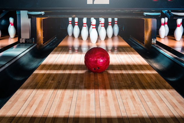 Birilli e palle da bowling Foto Premium