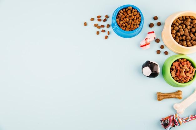 Ciotole con mangimi per animali Foto Premium