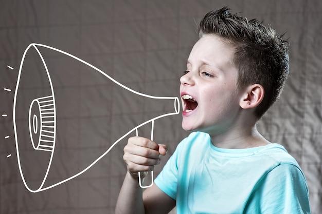 Un ragazzo dipinto con un altoparlante che urlava Foto Premium