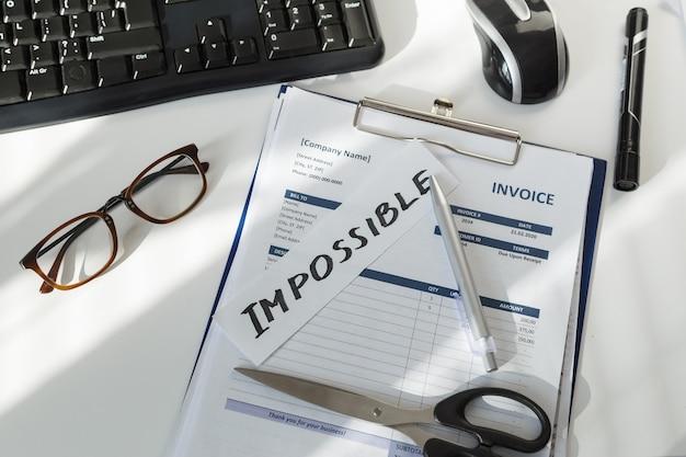Brainstorming. parola impossibile sul posto di lavoro del direttore delle vendite con fattura documento. Foto Premium