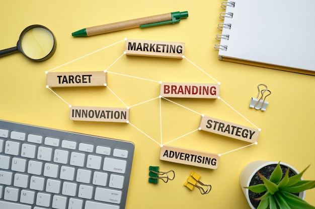 Concetto marcante a caldo - blocchi di legno con iscrizioni marketing, strategia, obiettivo, pubblicità. Foto Premium