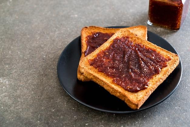 Pane tostato con pasta di peperoncino Foto Premium