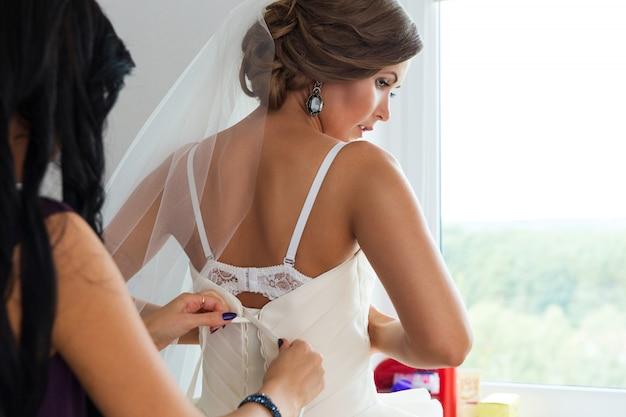 Sposa che si prepara per un matrimonio Foto Premium