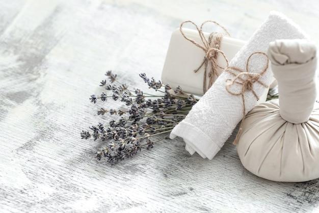 Composizione luminosa con fiori di lavanda. prodotti naturali dayspa con cocco Foto Premium