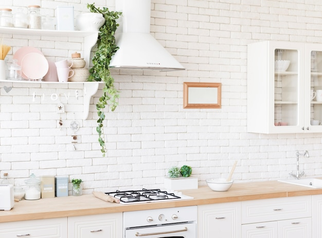 Luminosa cucina moderna e accogliente Foto Premium