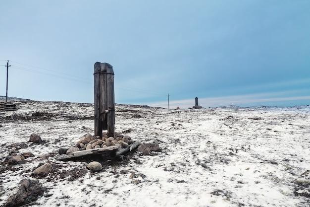 Un palo del telegrafo rotto su una collina artica innevata Foto Premium