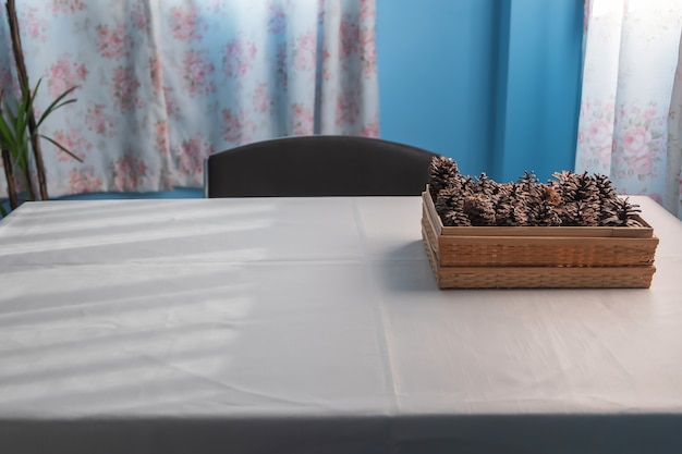 Pigne di brown sulla tavola bianca con luce solare nella mattina di estate Foto Premium