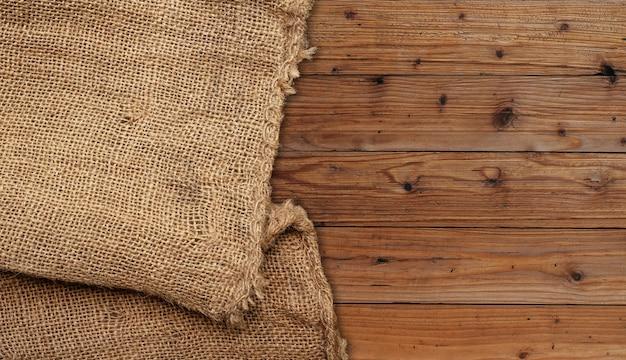 Sacco marrone su pannello di legno marrone. Foto Premium