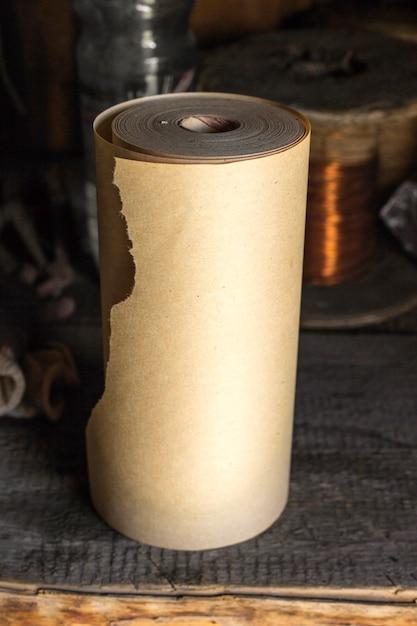 Carta da imballaggio marrone su uno sfondo scuro Foto Premium