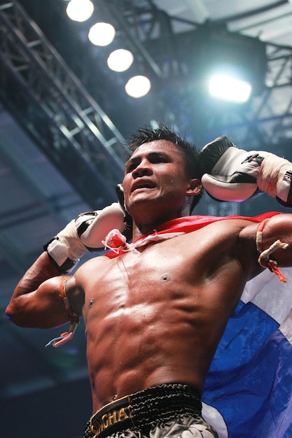 Buakaw banchamek, boxe thailandese di classe mondiale Foto Premium