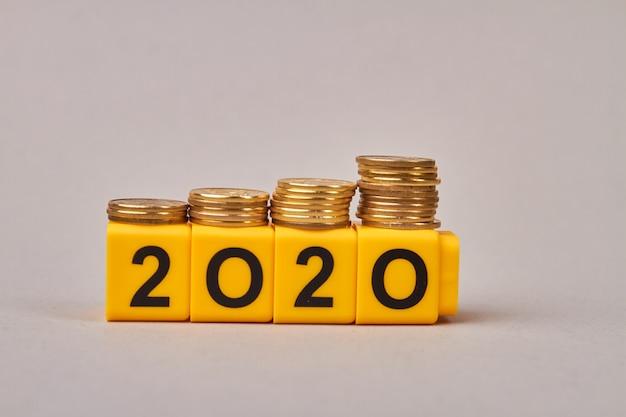 Pianificazione del budget per il 2020 con blocchi di legno isolati Foto Premium