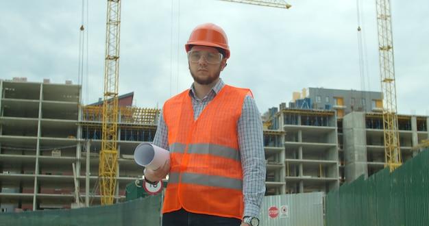 Generatore in piedi davanti all'edificio in costruzione Foto Premium