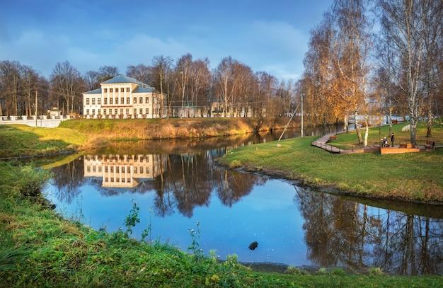 L'edificio dell'ex city duma di uglich con riflesso nello stone stream Foto Premium