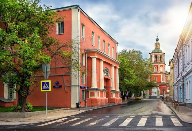 L'edificio è una ex chiesa in strada a mosca Foto Premium