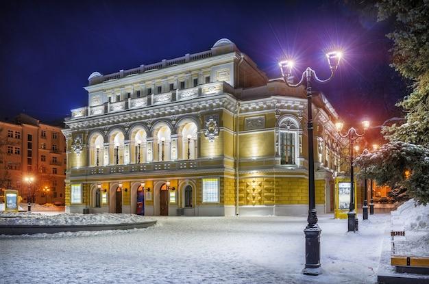 La costruzione del teatro drammatico di nizhny novgorod in inverno Foto Premium