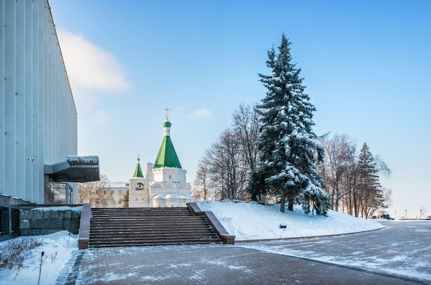 L'edificio del governo dell'oblast e la cattedrale dell'arcangelo nel cremlino di nizhny novgorod Foto Premium