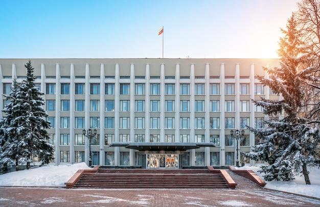 L'edificio del governo dell'oblast nel cremlino di nizhny novgorod Foto Premium