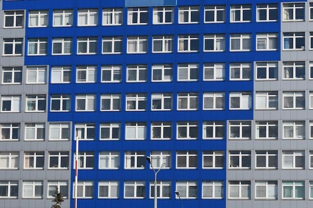 Costruire con windows. molte finestre sull'edificio. edificio per uffici di windows per lo sfondo Foto Premium