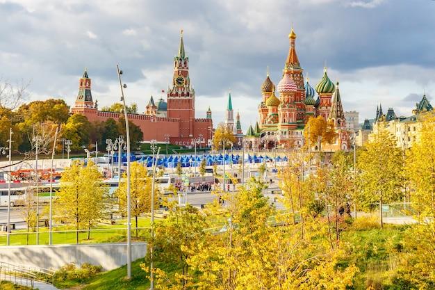 Edifici del cremlino di mosca e cattedrale di san basilio sulla piazza rossa al giorno pieno di sole di autunno Foto Premium