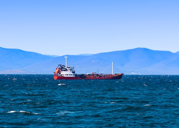 Nave da carico alla rinfusa alla banchina del porto vladivostok Foto Premium