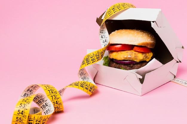 Hamburger in scatola bianca con metro a nastro Foto Premium