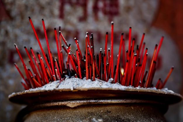 Bastoncini di incenso aromatico che brucia. incenso per pregare buddha o divinità indù per mostrare rispetto. Foto Premium