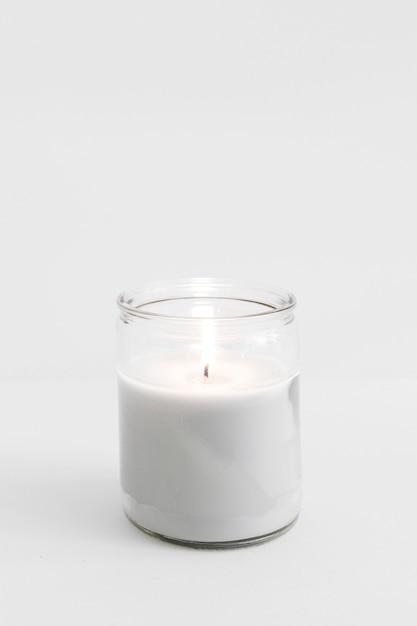 Candela accesa in vetro candelabro sul tavolo Foto Premium