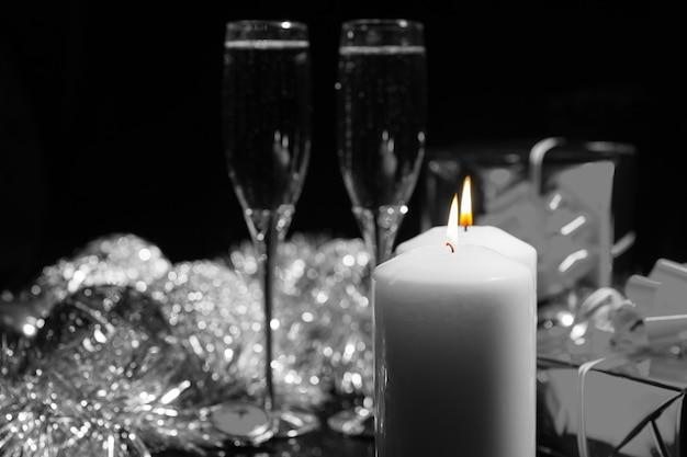 Candele accese con champagne e decorazioni Foto Premium