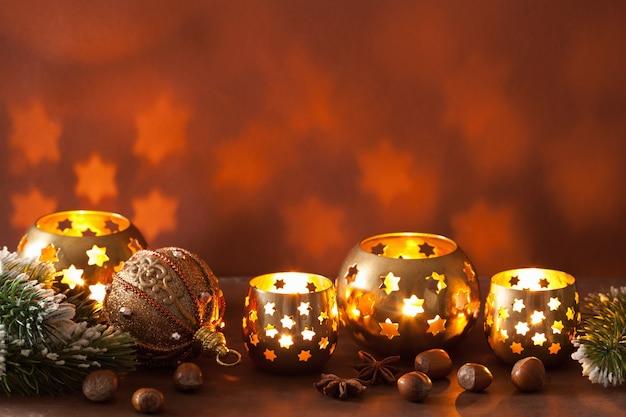 Lanterne e decorazioni di natale accese Foto Premium