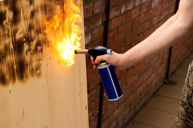 Bruciare legna con un bruciatore a gas Foto Premium