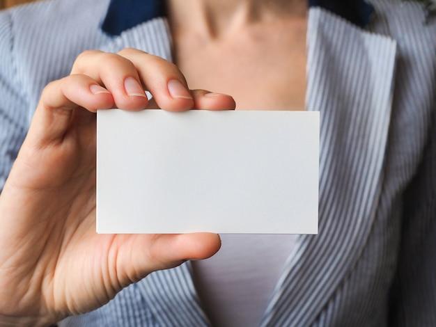 Biglietto da visita con lo spazio della copia nel primo piano della mano. Foto Premium