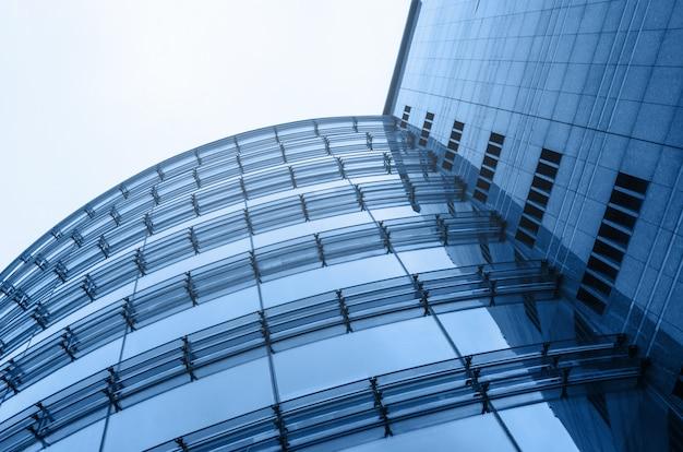 Vista di prospettiva di vetro di architettura dell'estratto del centro di affari. cielo sullo sfondo. colore blu orizzontale Foto Premium