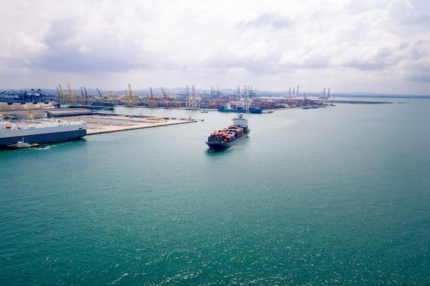 Servizi alle imprese e all'industria logistica container di spedizione importazione ed esportazione internazionale di mare aperto e porto di spedizione in thailandia vista aerea Foto Premium