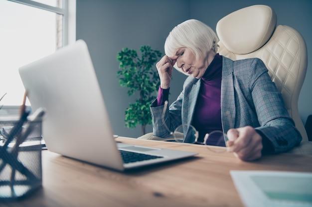 Signora di affari alla scrivania che lavora al computer portatile Foto Premium