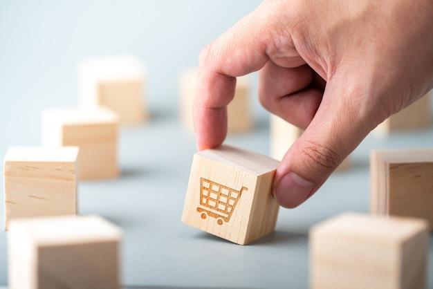 Icona di concetto di strategia commerciale, marketing & shopping online sul cubo e tastiera del computer Foto Premium
