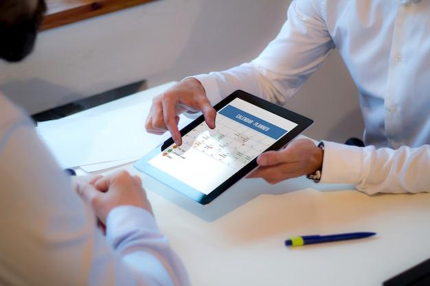 Riunione d'affari discutendo sulla pianificazione del calendario Foto Premium
