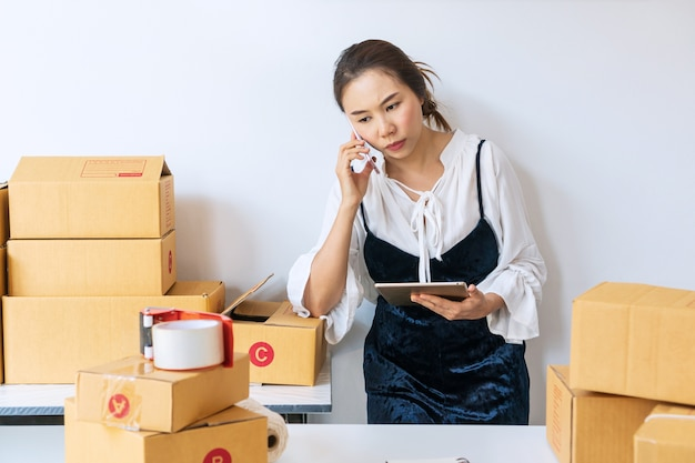 Cliente infastidito della donna del proprietario di affari e che lavora con emozione noiosa. concetto di vendita online. Foto Premium