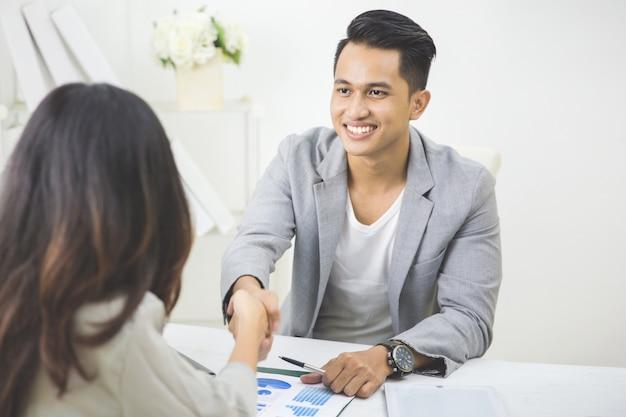 Il partner commerciale fa un accordo Foto Premium